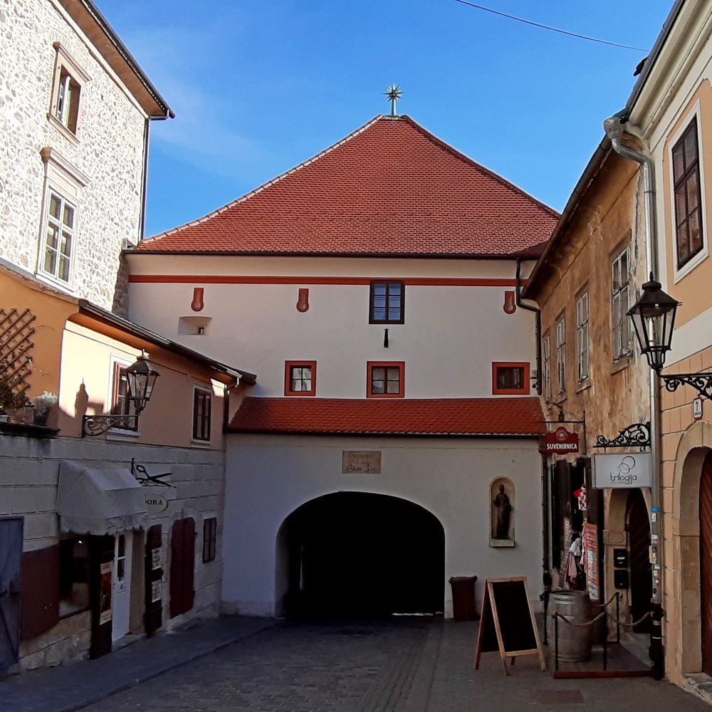 Zagreb sightseeing walking tour - Upper city Stone gate